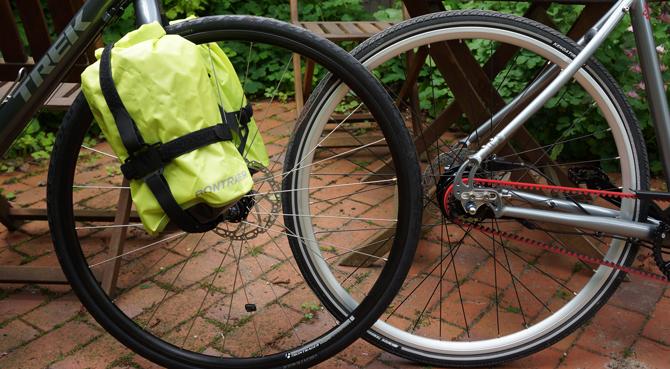 to cykler, en med bælte og en med taske