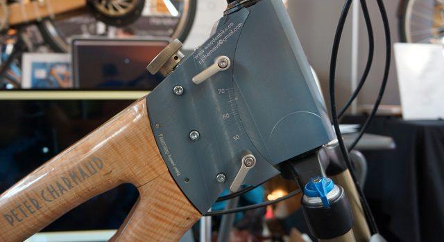 En træcykel med justerbar kronrørsvinkel
