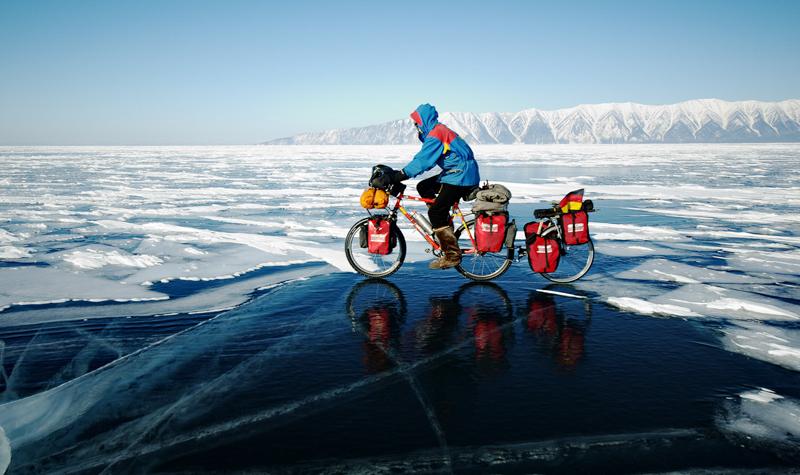 To tyskere cykler Baikal søen fra nord til syd