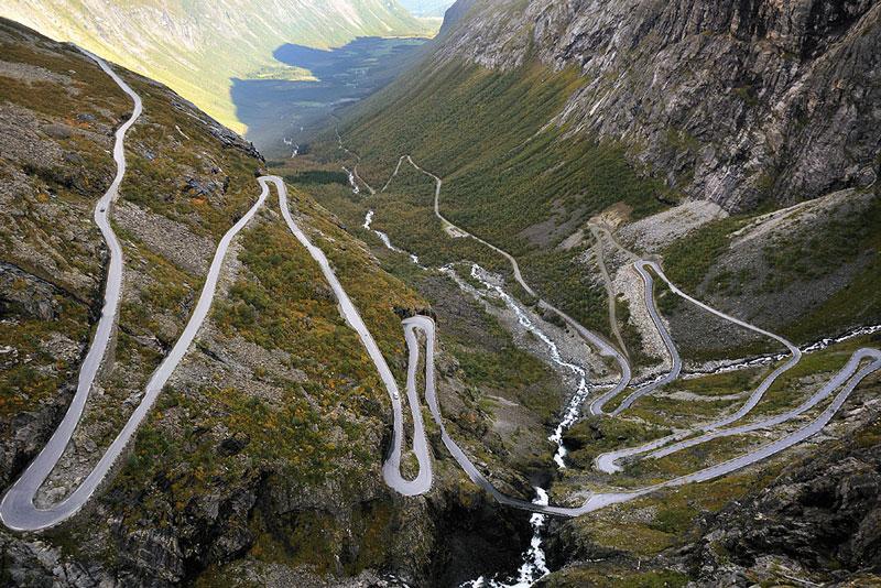 Norsk cyklist kører baglæns ned af Troldstigen